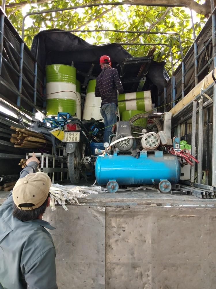 chở máy nén khí và thùng phuy