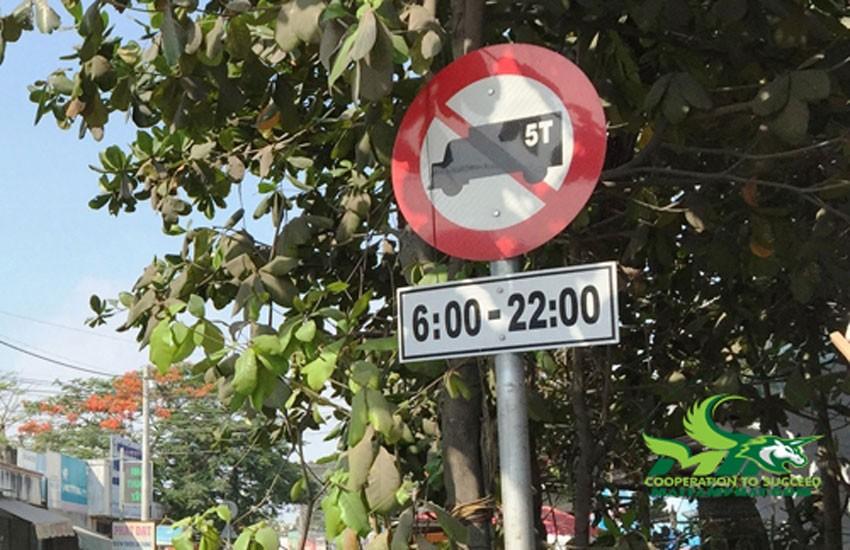 Xe tải chở hàng bị cấm lưu thông trong giờ cao điểm
